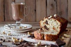 Bananenkleiner kuchen mit Schokolade und Acajounuss Lizenzfreie Stockbilder