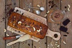 Bananenkleiner kuchen mit Schokolade und Acajounuss Lizenzfreie Stockfotografie