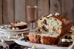 Bananenkleiner kuchen mit Schokolade und Acajounuss Lizenzfreies Stockbild