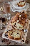 Bananenkleiner kuchen mit Schokolade und Acajounuss Stockfotografie