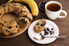 Bananenkuchen mit Blaubeeren und Getreide Stockbild