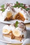 Bananenkuchen mit Sahne und nahe hohe Vertikale der Minze Lizenzfreie Stockfotos