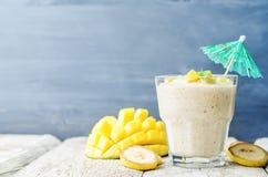 Bananenmango Smoothie Stockfoto