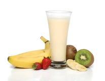 Bananenmilchshake mit Früchten Stockfoto
