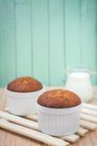 Bananenmuffinkuchen auf hölzernem Hintergrund Lizenzfreie Stockfotos