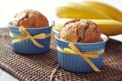 Bananenmuffins in der keramischen Backenform Stockfotos