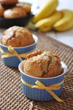 Bananenmuffins in der keramischen Backenform Lizenzfreies Stockfoto
