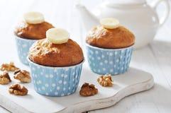 Bananenmuffins im Kasten des kleinen Kuchens des blauen Papiers Stockbilder