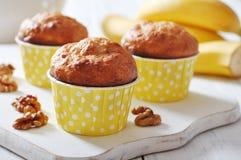 Bananenmuffins im Papierkasten des kleinen Kuchens Stockbilder
