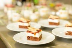 Bananennachtisch-Kuchenstück auf weißer Platte Lizenzfreies Stockbild