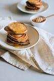 Bananenpfannkuchen mit Honig Lizenzfreies Stockfoto