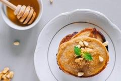 Bananenpfannkuchen mit Walnüssen und Zedernnüssen Lizenzfreies Stockbild