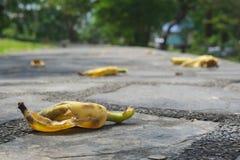 Bananenschale gelassen auf der Pflasterung Stockbilder