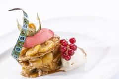 Bananenvanillepuddingtorte mit Beeren und Schokoladensoße Stockfoto