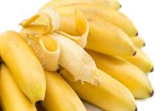 Bananer Grupp som isoleras på vit Fotografering för Bildbyråer