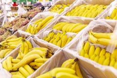 Bananer i askarna i supermarket royaltyfri fotografi