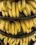 Bananer i en supermarket Arkivfoton