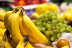 Bananer i marknad. Royaltyfri Fotografi