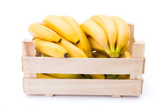 Bananer i träspjällåda arkivfoto