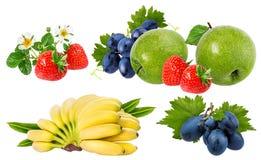Bananer, jordgubbar, druvor och äpplen som isoleras på vit Royaltyfri Fotografi