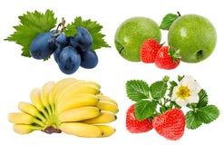 Bananer, jordgubbar, druvor och äpplen som isoleras på vit Royaltyfri Bild