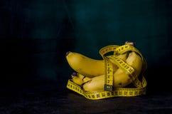 Bananer med att mäta bandet Royaltyfria Foton