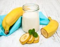 Bananer med yoghurt fotografering för bildbyråer