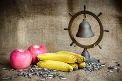 Bananer och äpplen Royaltyfri Fotografi