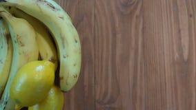 Bananer och citronontop av en träräknareöverkant Frukt på det vänstert Royaltyfri Foto