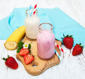Bananer och jordgubbar med yoghurt Royaltyfri Fotografi
