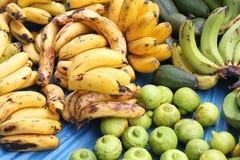 Bananer och limefrukter på den utomhus- marknaden Arkivfoto