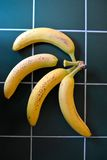 Bananer på en grön tabell Arkivbilder