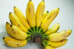 Bananer på en tabellvit Arkivfoto
