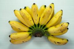 Bananer på en tabellvit Royaltyfri Bild
