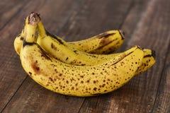 Bananer på en träyttersida Arkivfoto