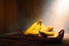 Bananer på gammalt trä bordlägger i tappningkök Arkivfoton