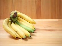 Bananer på träbakgrundsbananen, dryck, mat, nya banan Royaltyfri Foto