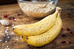 Bananer på trätabellen, slut upp Arkivbilder
