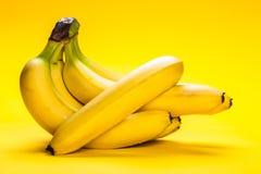 bananer samlar ihop moget Arkivbilder