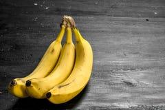 bananer samlar ihop moget På den svarta svart tavlan Royaltyfria Bilder