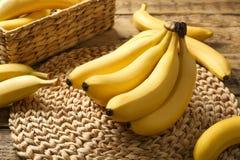 Bananes délicieuses sur le fond photos stock