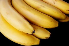 Bananes d'isolement sur le noir Photos stock