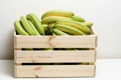 Bananes dans la boîte en bois Photos libres de droits