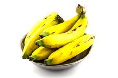 Bananes dans le plateau en métal d'isolement Image libre de droits