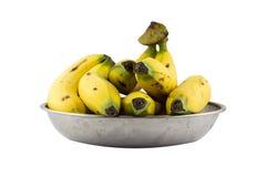 Bananes dans le plateau en métal d'isolement Photographie stock libre de droits