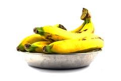 Bananes dans le plateau en métal d'isolement Photos libres de droits