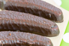 Bananes de chocolat sur le conseil en bois photographie stock libre de droits