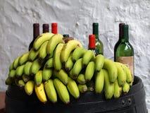 Bananes et bouteilles de vin. Photos stock