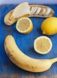 Fruits sur le conseil bleu Images stock