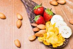 Bananes et conflex sains d'amande de fraise de petit déjeuner Photographie stock